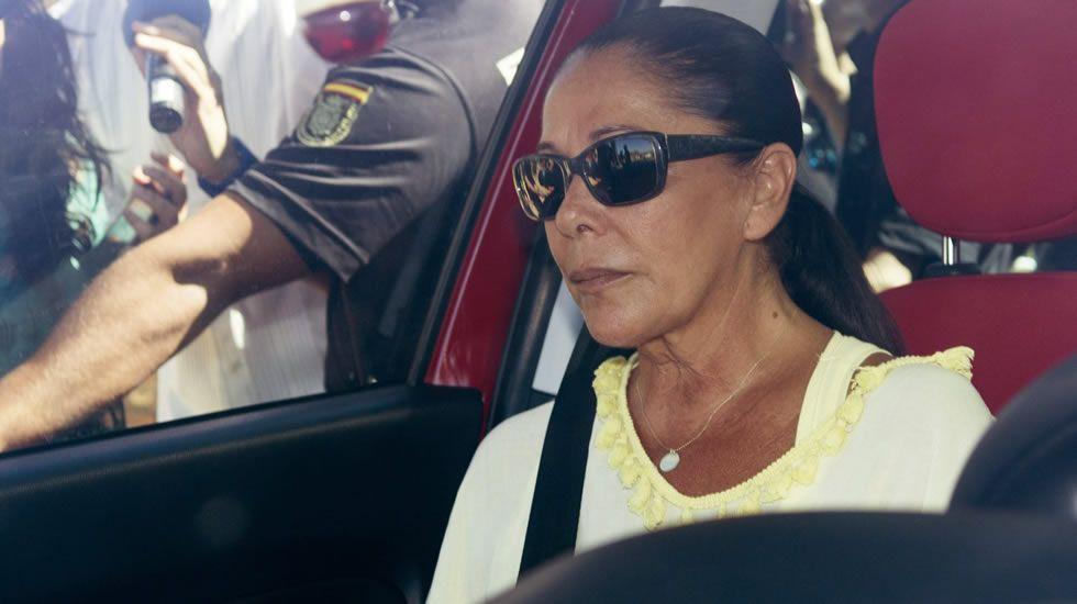 Isabel Pantoja, ingresada en un hospital.La sobrina de Isabel Pantoja, Anabel, a su llegada al Hospital Infanta Luisa, donde se encuentra ingresada la cantante.