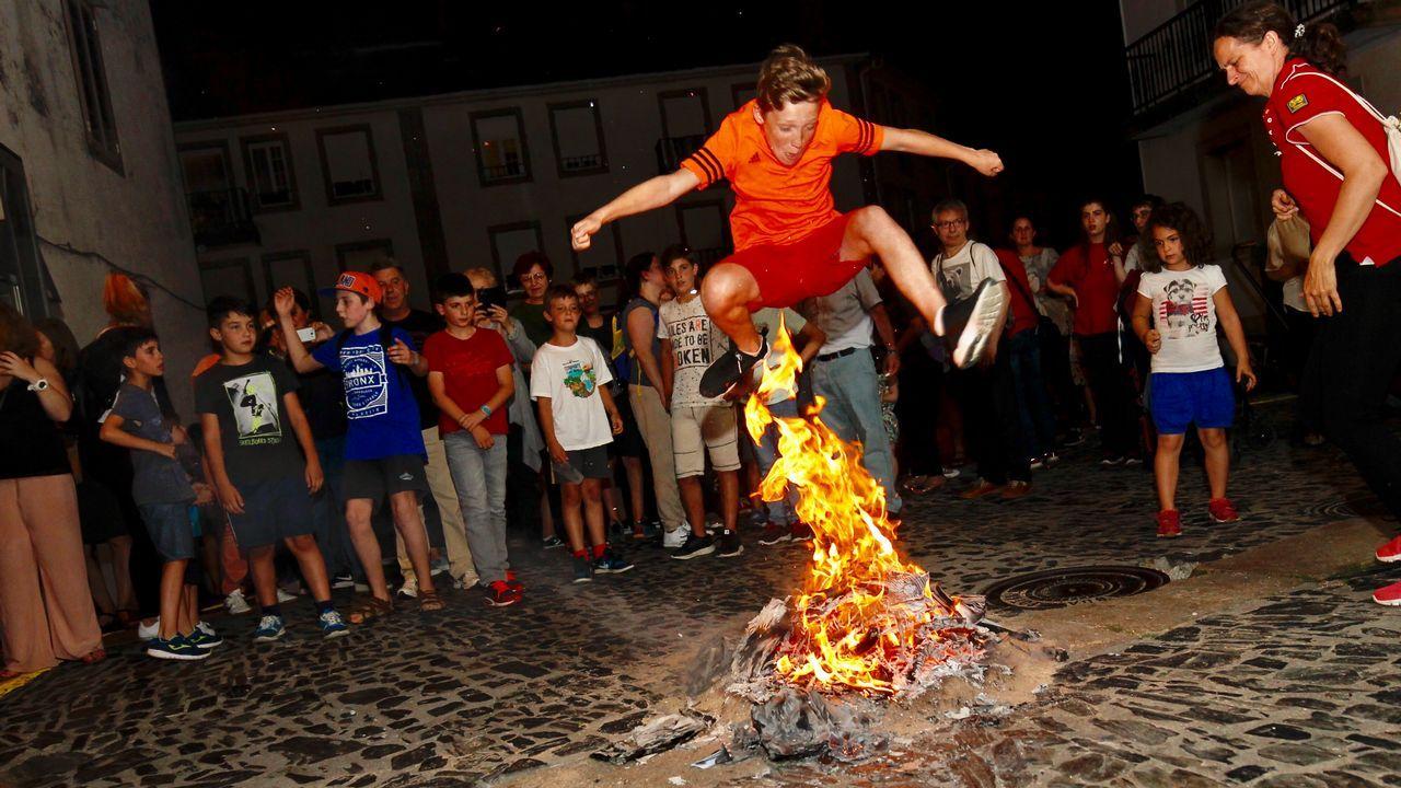 Compostela se abrasa en la noche de San Xoán.