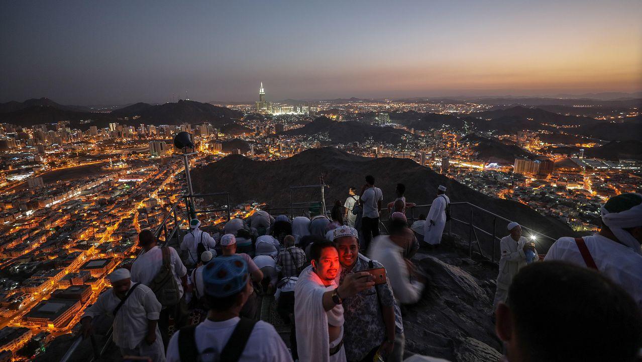 .Peregrinos musulmanes visitan la cueva Hiraa durante la peregrinación a la Meca, Arabia Saudí. Se estima que alrededor de 2,5 millones de musulmanes llegarán hasta la ciudad santa del Islam para acudir al Día de Arafah, celebrado la víspera de Eid al-Adha, una de las dos festividades más importantes del mundo musulmán que se celebran cada año y que supone el inicio de la peregrinación a la Meca