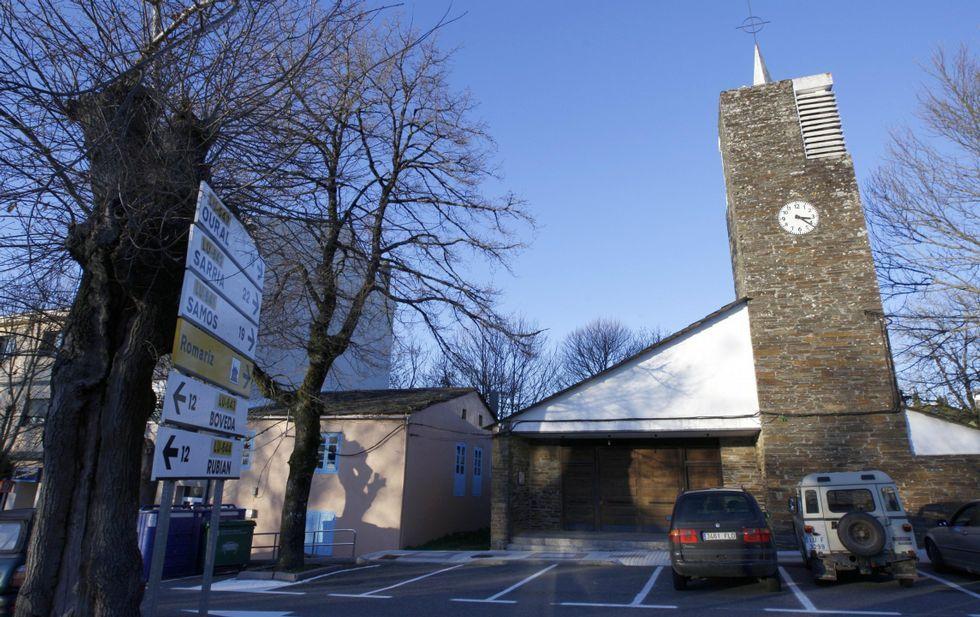La iglesia fue construida entre 1961 y 1963 por el arquitecto José Luis Fernández del Amo.