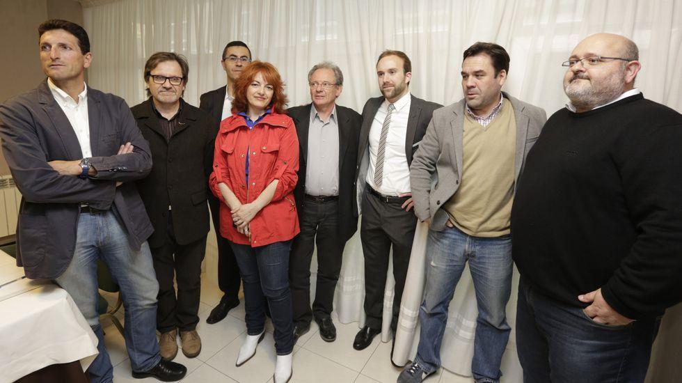 Jose Antonio Lorenzo, coordinador de UPyD en Galicia -en el centro-, con otros dirigentes y militantes que dejan el partido.