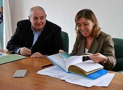 El alcalde y la conselleira de Ordenación do Territorio, ayer.