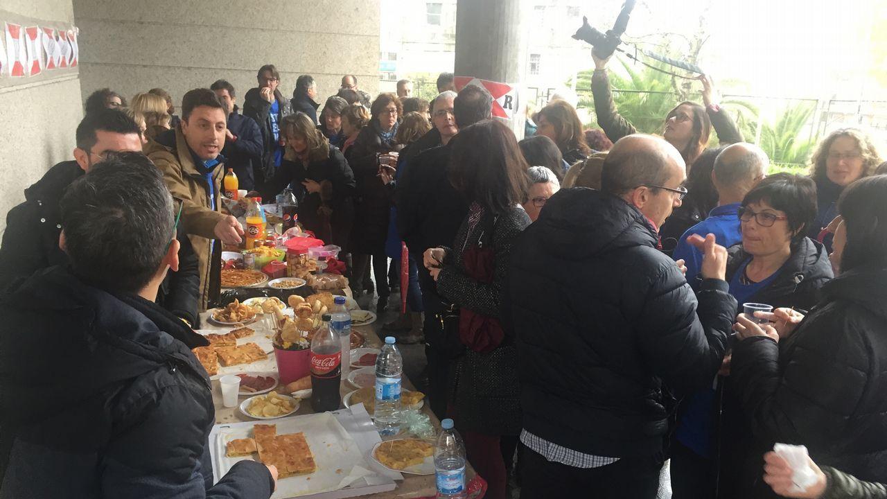 «Romería» con pinchos y empanada de los funcionarios judiciales de Vigo en huelga.