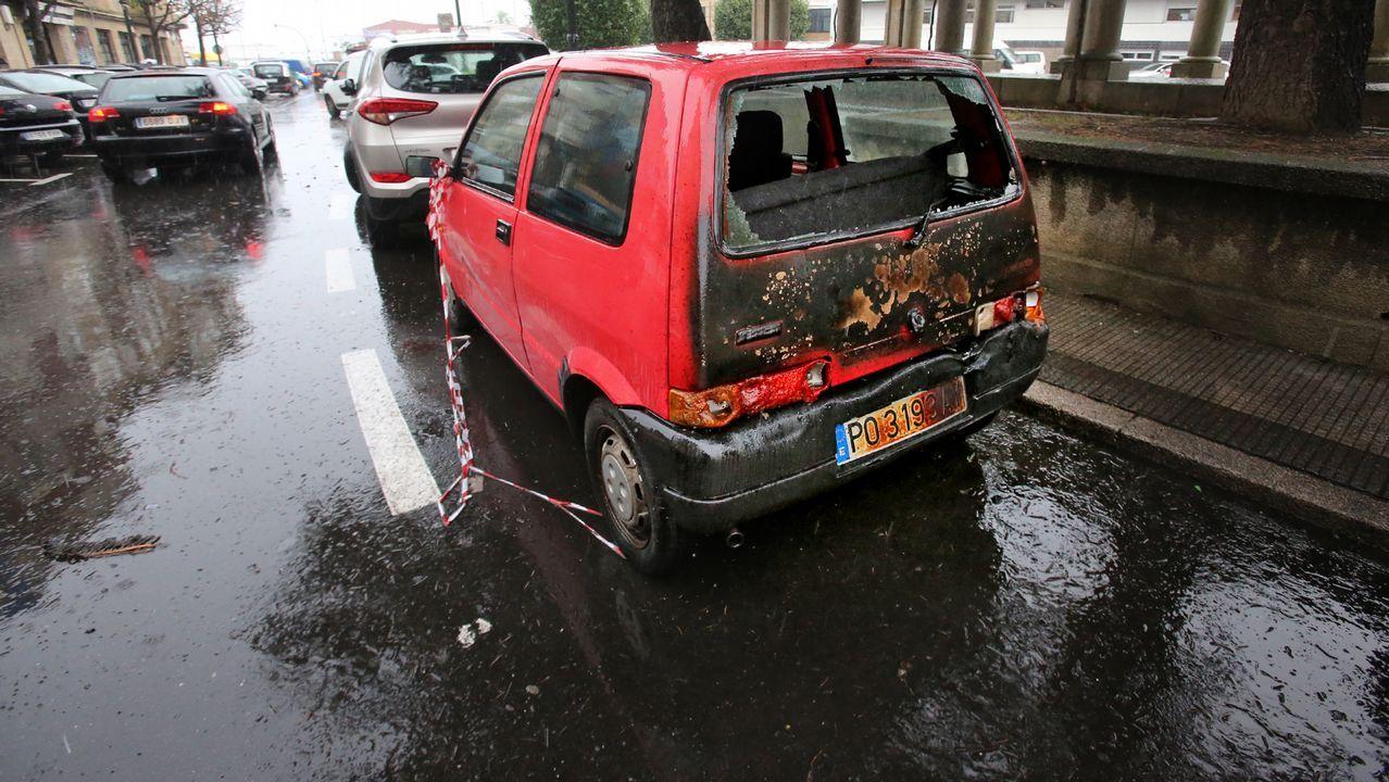 Diez vehículos dañados de madrugada en Bouzas al arder cinco contenedores