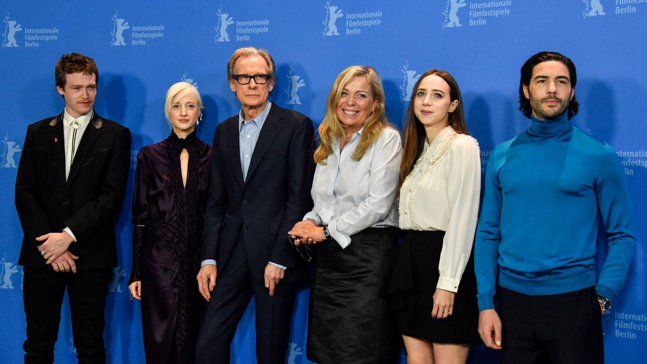Los actores Caleb Landry Jones, Andrea Riseborough, Bill Nighy, la directora danesa Lone Scherfig, y los actores Zoe Kazan y Tahar Rahim, durante el «photocall» del filme «The Kindness of Strangers», que abrió la competición en la 69.ª edición de la Berlinale