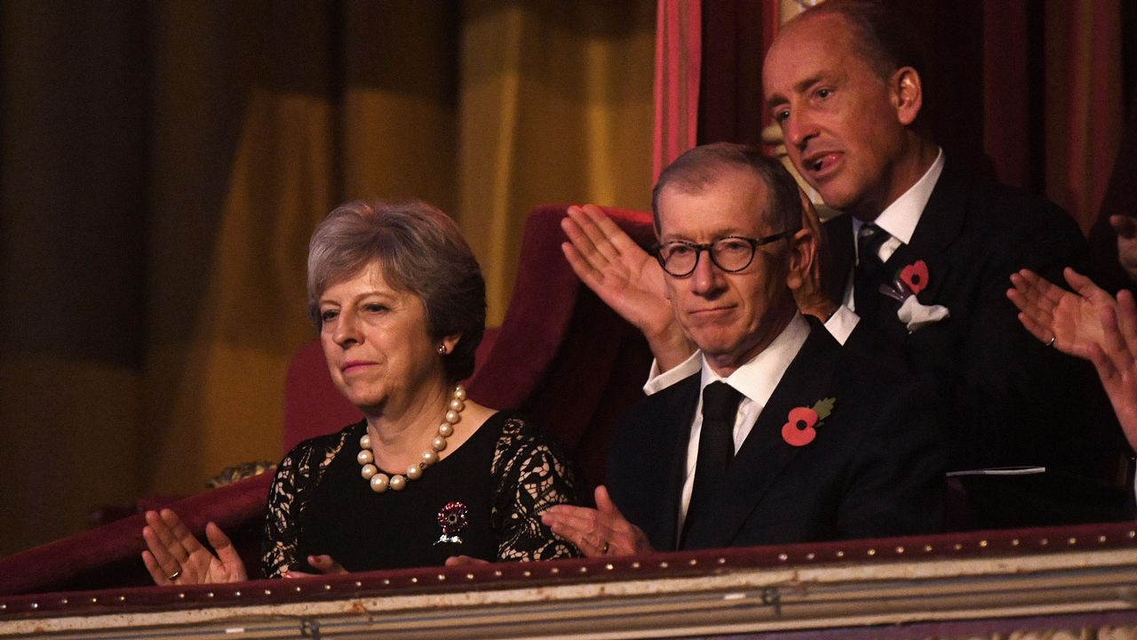 Theresa May certifica su apoyo a Rajoy en Cataluña.Theresa May y su esposo en una gala en el Royal Albert Hall