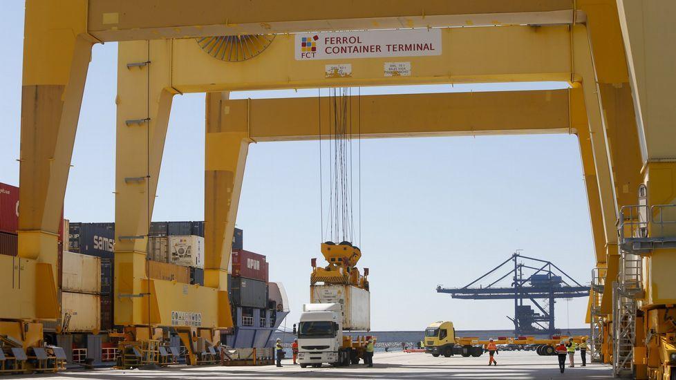 La «Cristóbal Colón» cruza el canal de Panamá en su vuelta al mundo.Operación con contenedores en Caneliñas