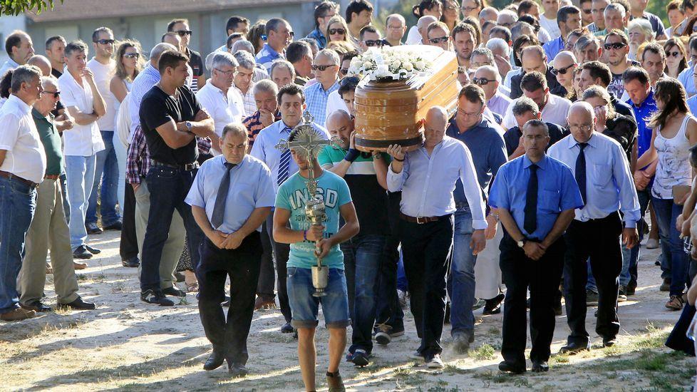 .Entierro de Sergio, una de las víctimas del doble crimen de Arbo, en julio del 2015
