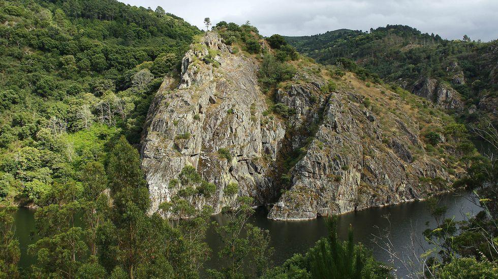 El gran promontorio rocoso sobre el que se asienta el castro de Marce tal como se ve desde la margen derecha del Miño, en la ribera del municipio de Carballedo