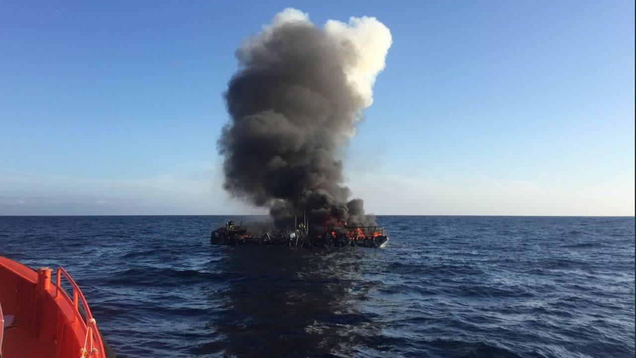 Así fue el rescate de los tripulantes del pesquero incendiado en Bares.