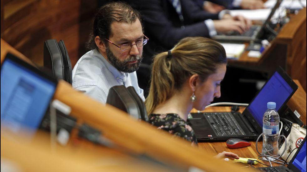 La consejera de Hacienda, Dolores Carcedo, interviene en el pleno de la Junta General, ante la mirada de Marcelino Marcos Líndez.Javier Fernández
