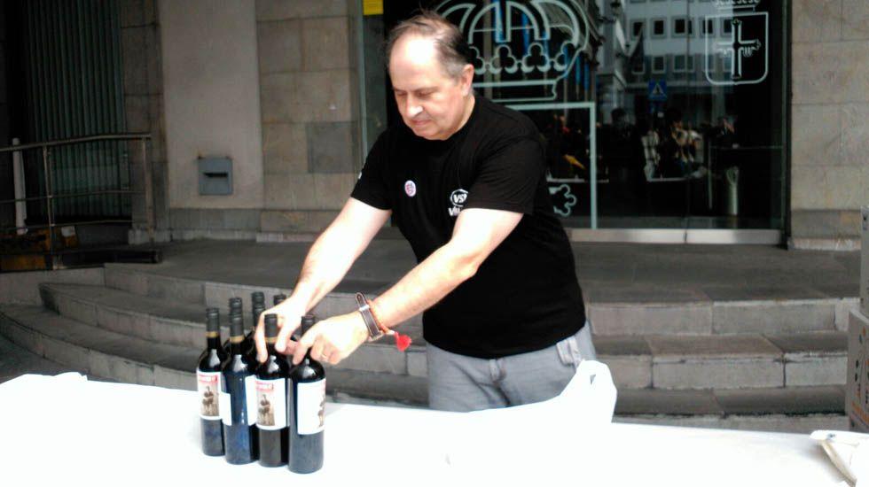 Hombre colocando el vino para el reparto