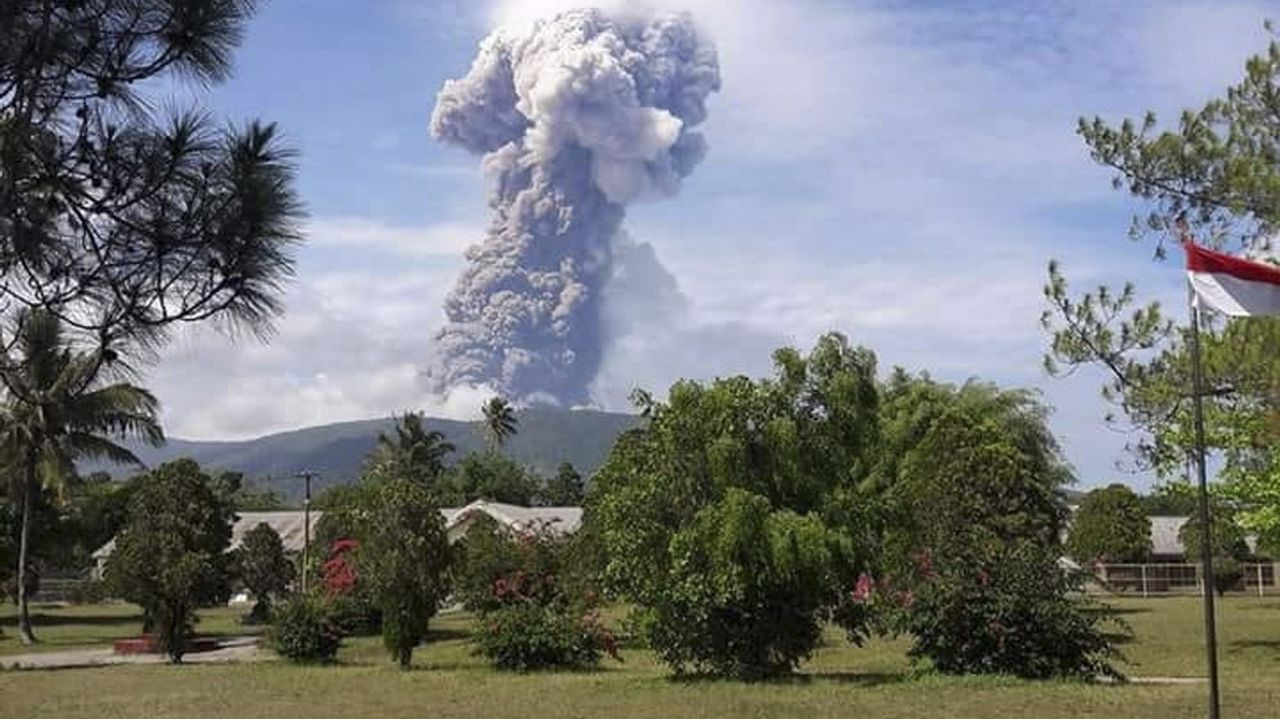 El volcán lanzó una columna de humo y cenizas de 4.000 metros