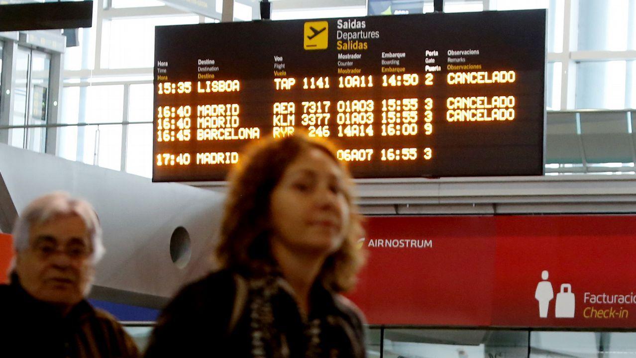 «Nos han fastidiado las vacaciones».El equipo de rodaje, con la productora Cristina Carrodeaguas a la derecha, en Santiago de Compostela