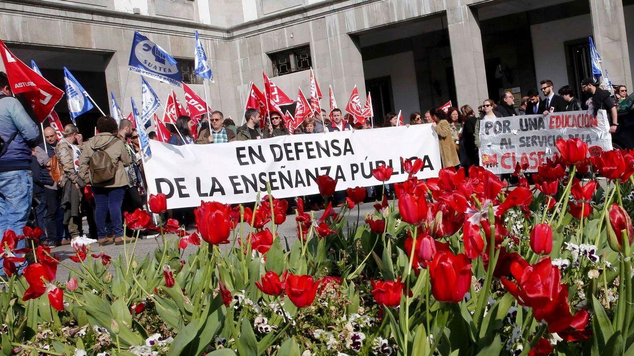 Un centenar de personas han secundado hoy en Oviedo la concentración convocada por la plataforma por la escuela pública, de la que forman parte UGT, CCOO, SUATEA, la FAPA Miguel Virgón y el Sindicato de Estudiantes, en defensa de la educación pública y en contra de la Lomce