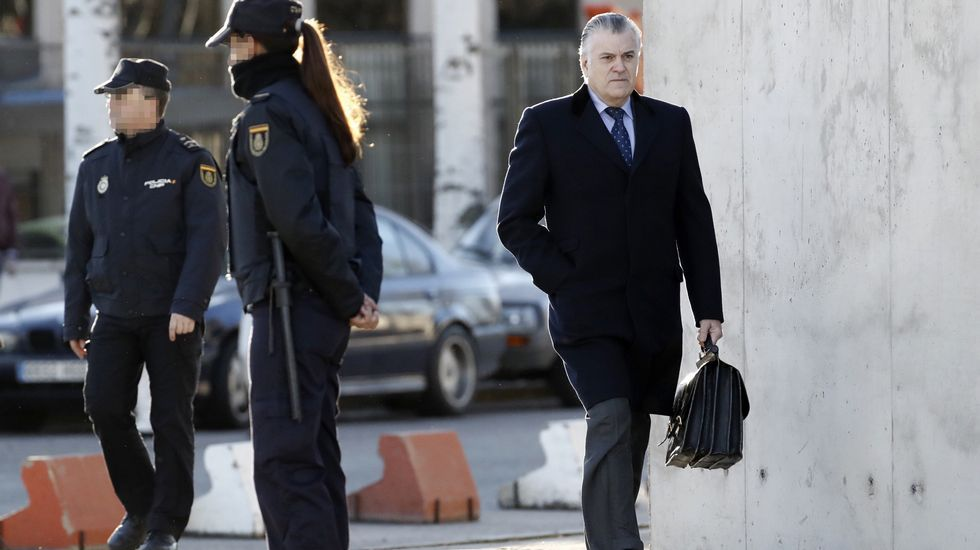 Bárcenas: «No he recibido absolutamente nada del señor Correa ni para mí ni para el PP».Bárcenas, a su llegada a la sede judicial