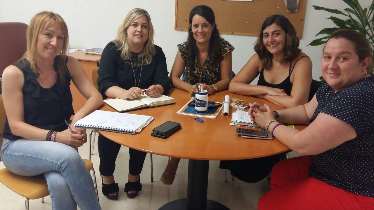 Los pacientes esperan en una de las salas de espera de las consultas externas del HUCA.El portavoz del Gobierno asturiano, Guillermo Martínez