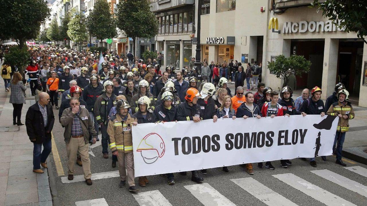 Manifestación de bomberos por el centro de Oviedo en protesta por la sentencia que considera que la muerte de su compañero Eloy Palacio, el 7 de abril de 2016, se debió a una imprudencia temeraria