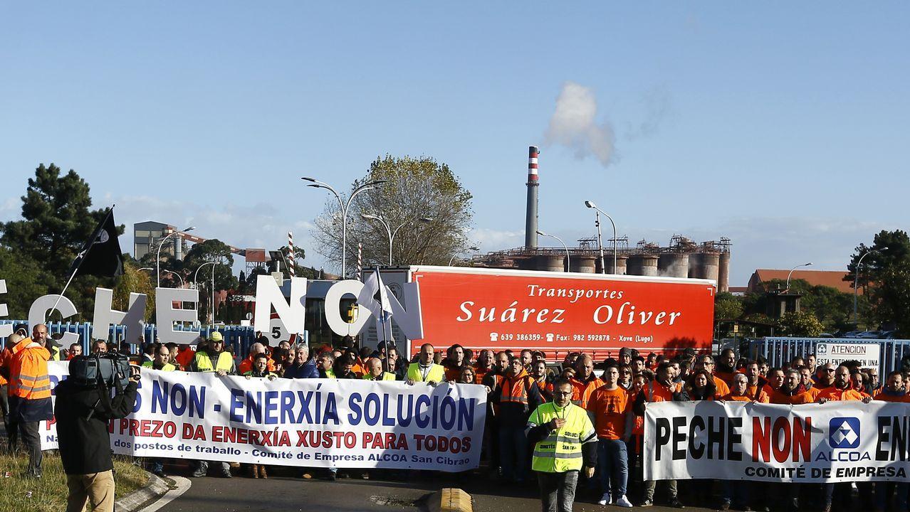 Trabajadores concentrados delante de la planta de Alcoa en Avilés..Kirk Douglas dice haber tenido «una vida maravillosa»
