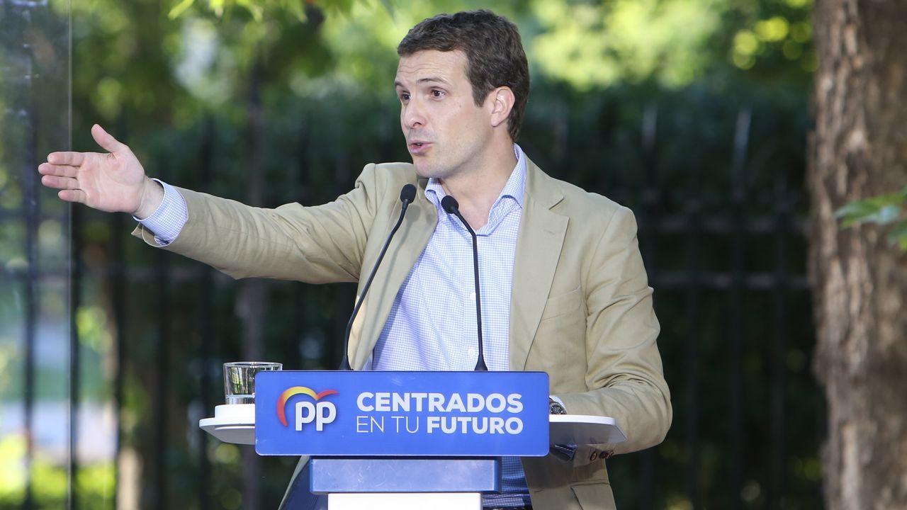 Álvarez de Toledo incendia la campaña cuestionando a Rubalcaba.Pedro Sánchez firma un ejemplar de su libro tras el acto político celebrado en la tarde del miércoles en Pamplona