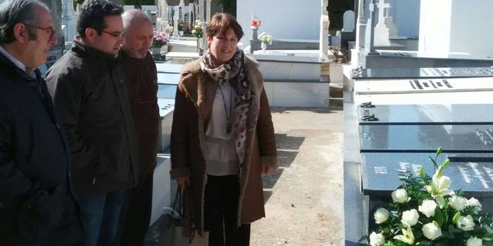Iglesias: «La palabra 'sorpasso' nos gusta si significa superar al PP».La edila de Cultura depositó flores en la tumba del músico, el sábado.