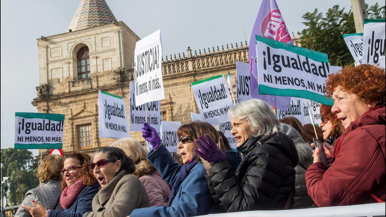 Feministas de toda Andalucía se concentran ante el parlamento andaluz.Ramón Argüelles y Gaspar Llamazares