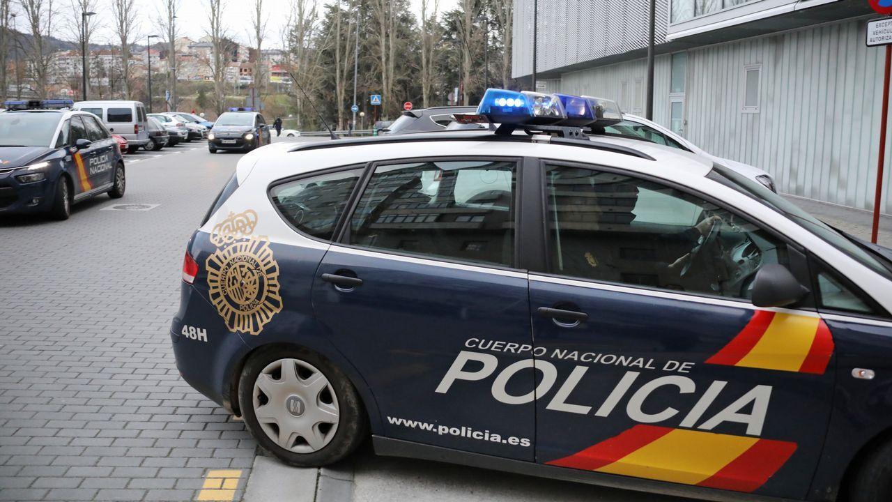 .Los detenidos, ayer, a su llegada a los juzgados de Ourense en los coches policiales