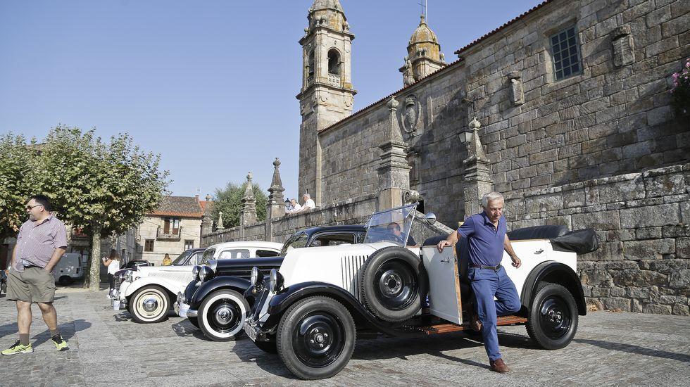 El coche más caro del mundo, en el salón de Ginebra.Iván junto a su familia
