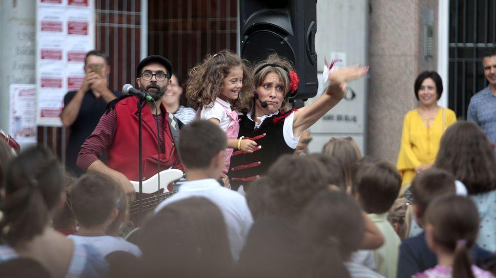 La actuación de Uxía Lambona e a Banda Molona entusiasmó a los más pequeños