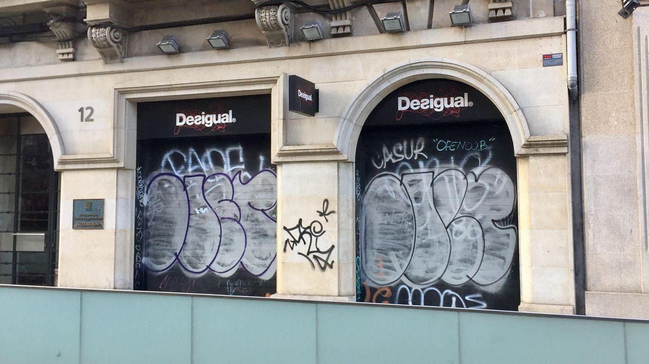 Decenas de«grafitis» decoran las tiendas de Urzaiz.O Cuarteto Quiroga está formado por Aitor Hevia, Cibrán Sierra, Josep Puchades e Helena Poggio (de esquerda a dereita)