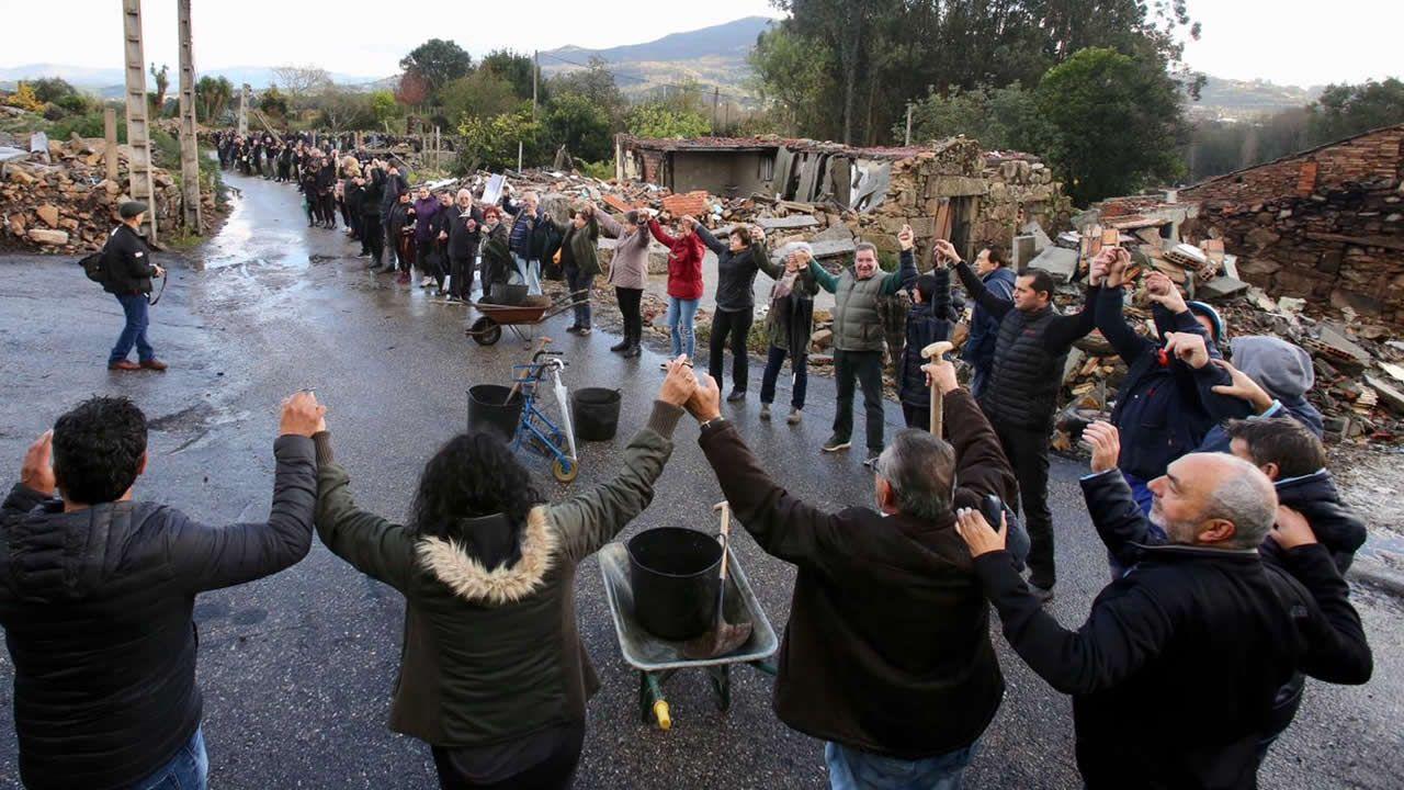 Vecinos de Paramos se echan a la calle para desescombrar la zona de la explosión de Tui
