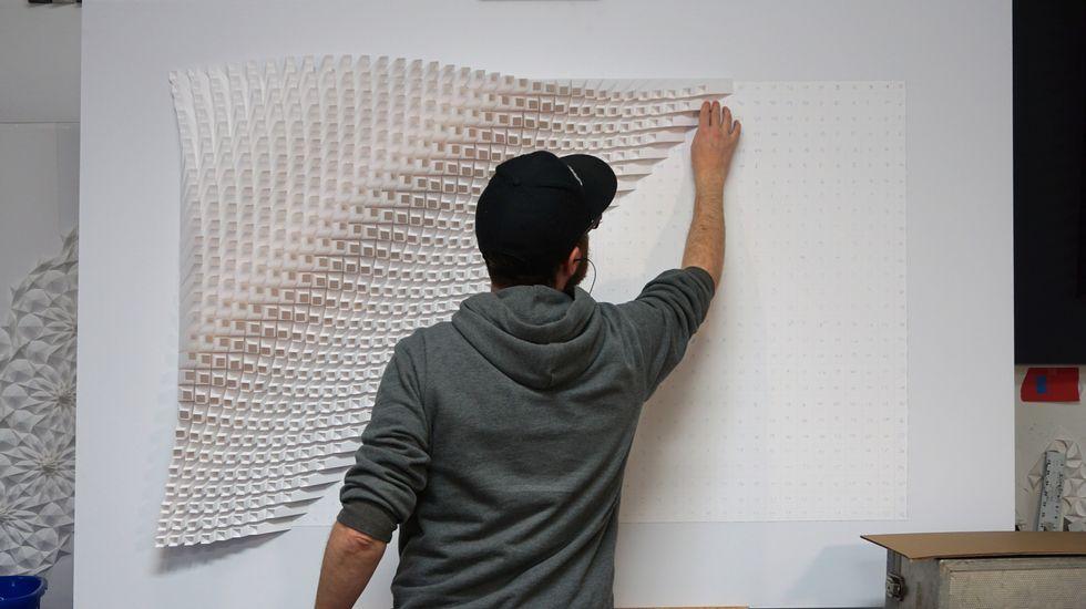 Matt Shlian componiendo una de sus obras de papelsatélite, el Sputnik 1