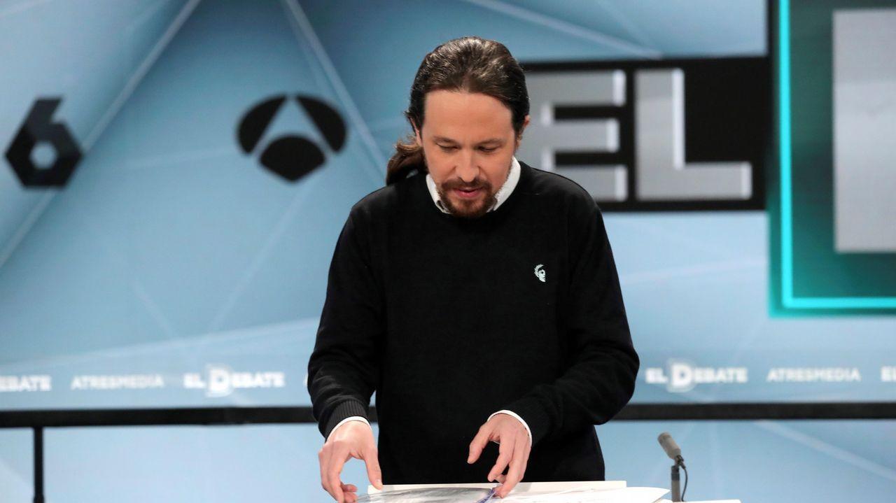 Pablo Iglesias prepara sus papeles durante el debate