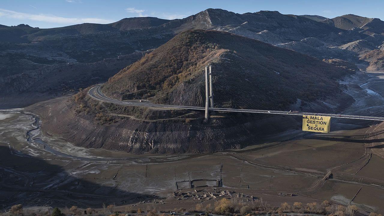 Greenpeace se cuelga contra la sequía.Pancarta «Mala gestión = Sequía» de Greenpeace
