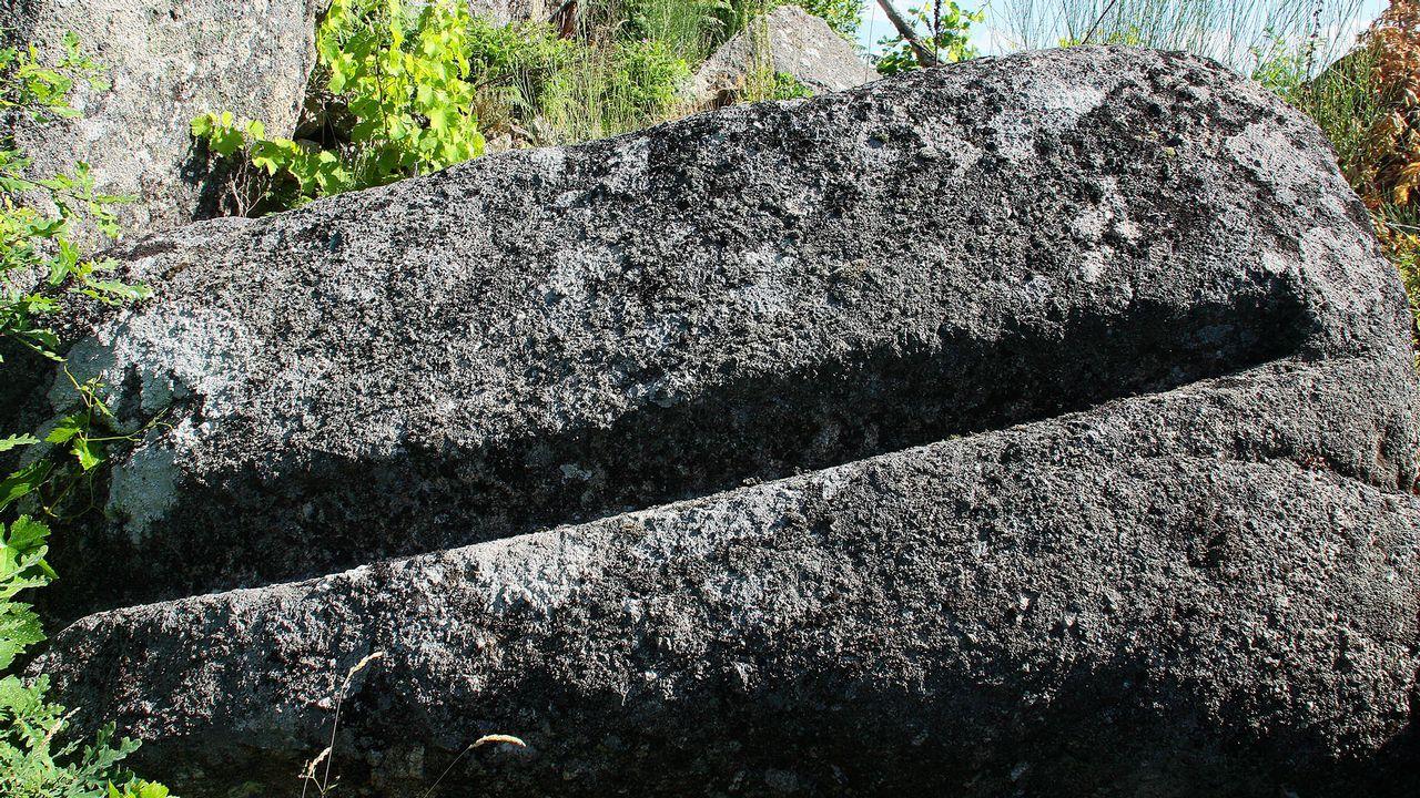 Una piedra labrada que probablemente procede de la iglesia de San Mamede