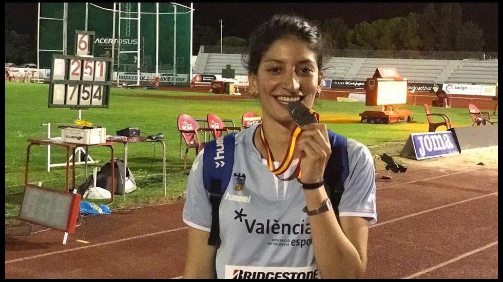 Aficion Real Oviedo Numancia Los Pajaritos.Marta Rey, junto a la pequeña Erika