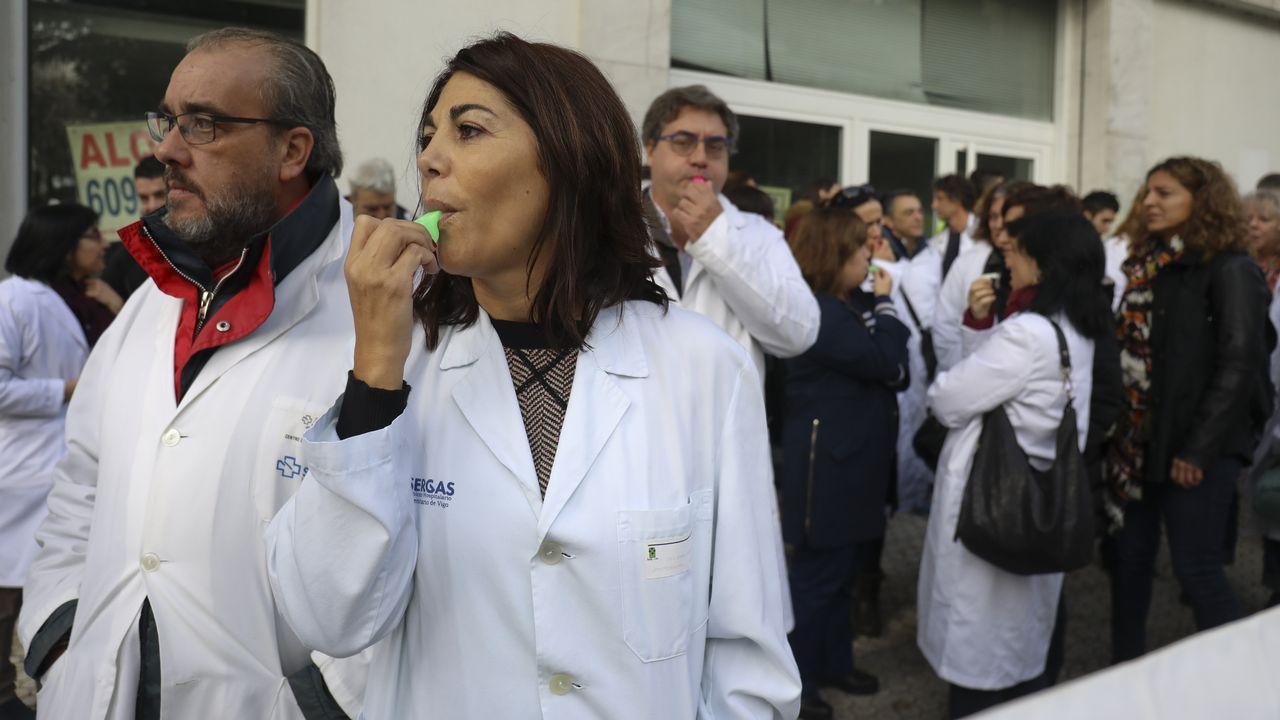 El conselleiro de Sanidade Vázquez Almuíña, este martes, antes de comenzar la reunión con los colectivos sanitarios