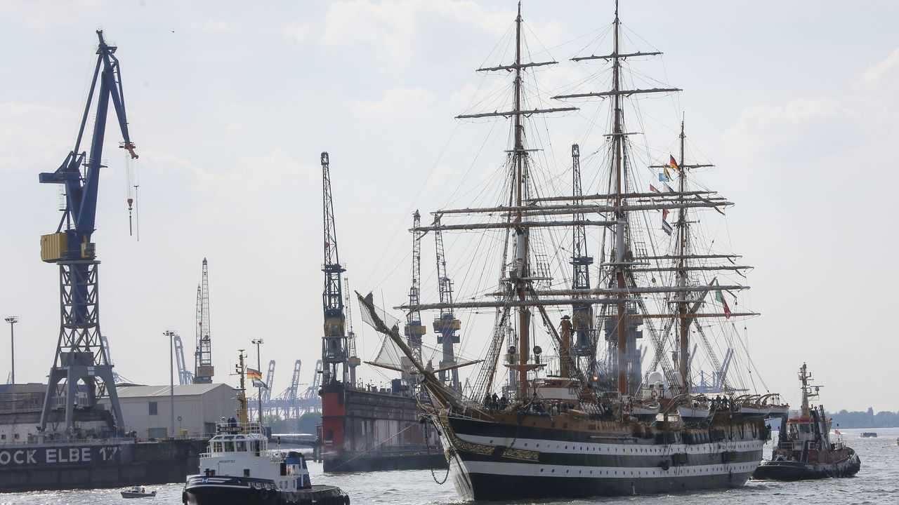 El velero de entrenamiento italiano Amerigo Vespucci llega al Puerto de Hamburgo antes de abrir al público durante una visita de cinco días