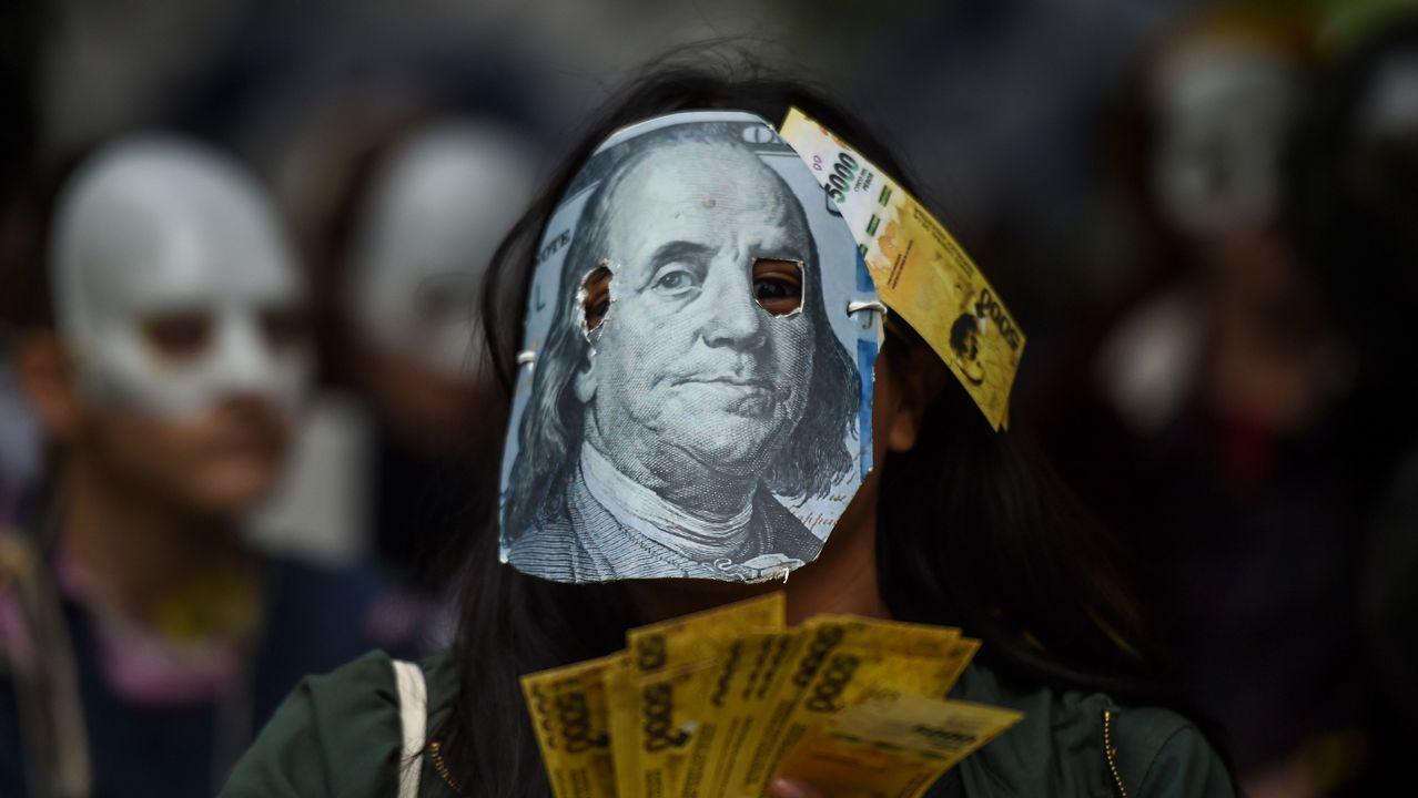 .Una persona protesta contra las negociaciones del Gobierno argentino con el FMI en Buenos Aires