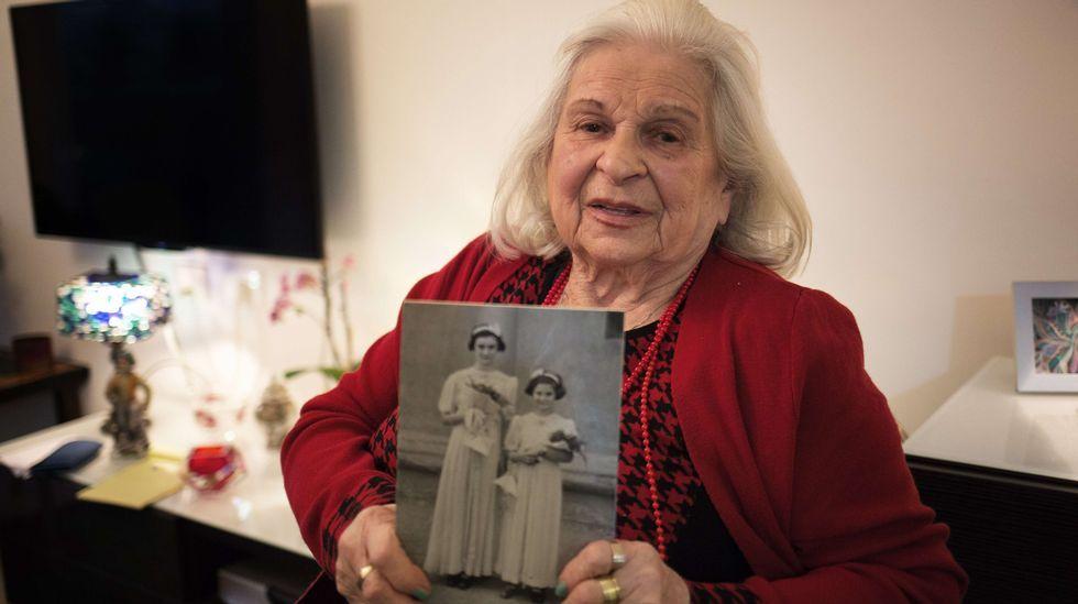 .Suzanna Brau sostiene entre sus manos las fotos de ella y su hermana Agi, que sobrevivieron a tres campos de concentración.