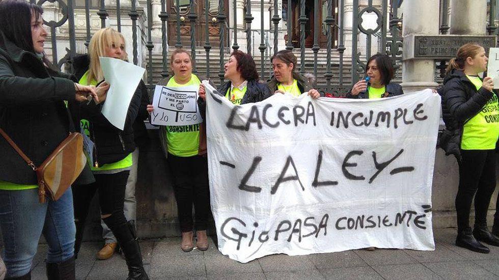 Protesta del personal de limpieza subcontratado del HUCA, delante de la Junta General.Protesta del personal de limpieza subcontratado del HUCA, delante de la Junta General