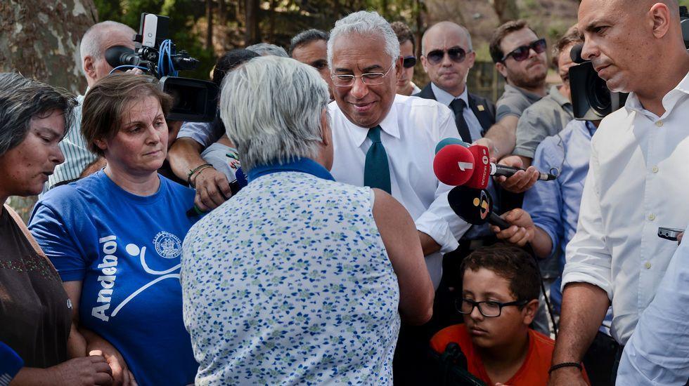 El primer ministro portugués, Antonio Costa, en el centro, durante su visita a las zonas afectadas por el fuego en Madeira