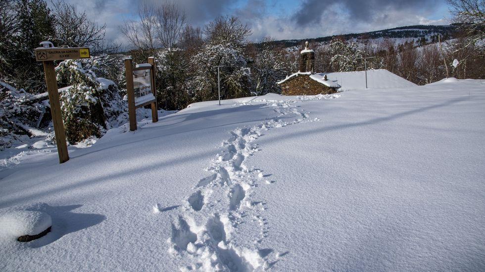 Imágenes que dejaron las nevadas en la montaña de A Pobra do Brollón.Presa de Tanes desembalsando a causa del temporal de lluvias