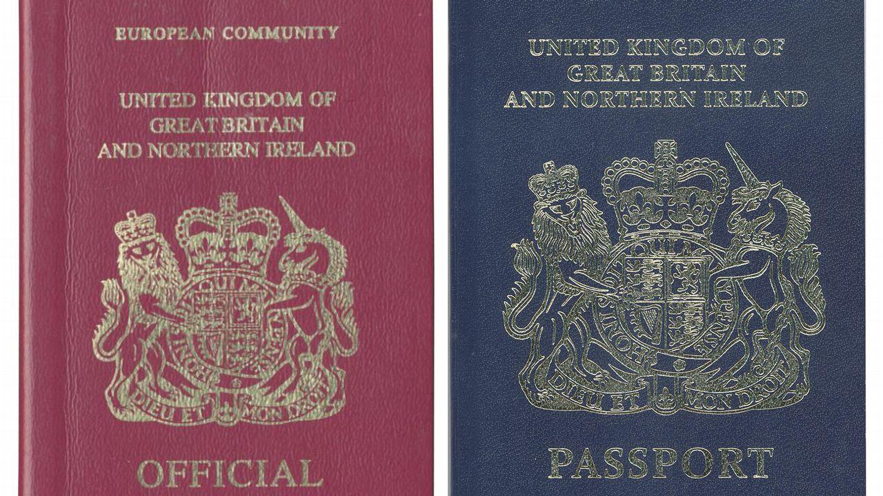 El actual pasaporte britanico junto al antiguo, que se recuperará tras el brexit