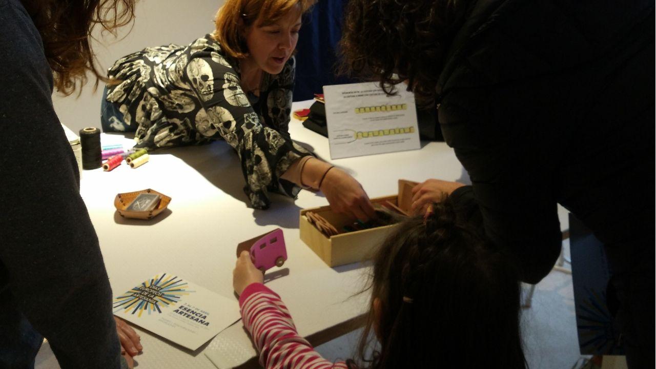 Contenedores de reciclaje en Gijón.La artesana Eva Echebarría, en el taller de cuero