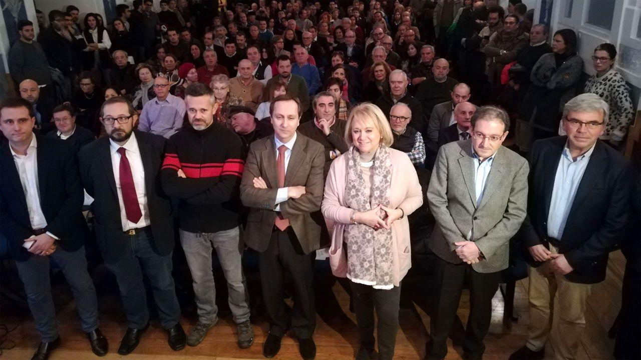 Mercedes Fernández, rodeada de los ponentes y de dirigentes populares antes del acto en el CCAI