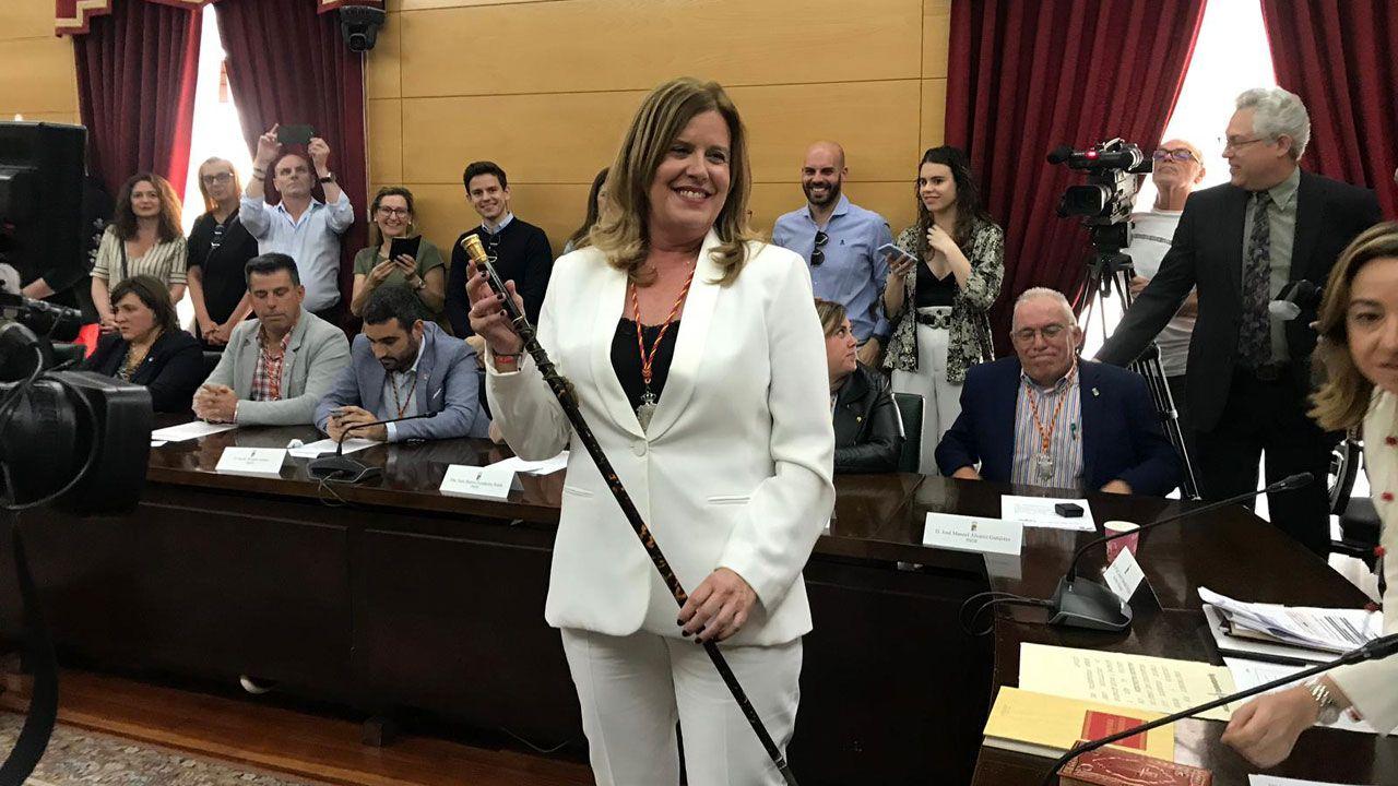 Carmen Arbesú, con el bastón de alcaldesa, tras la investidura en el ayuntamiento de Langreo