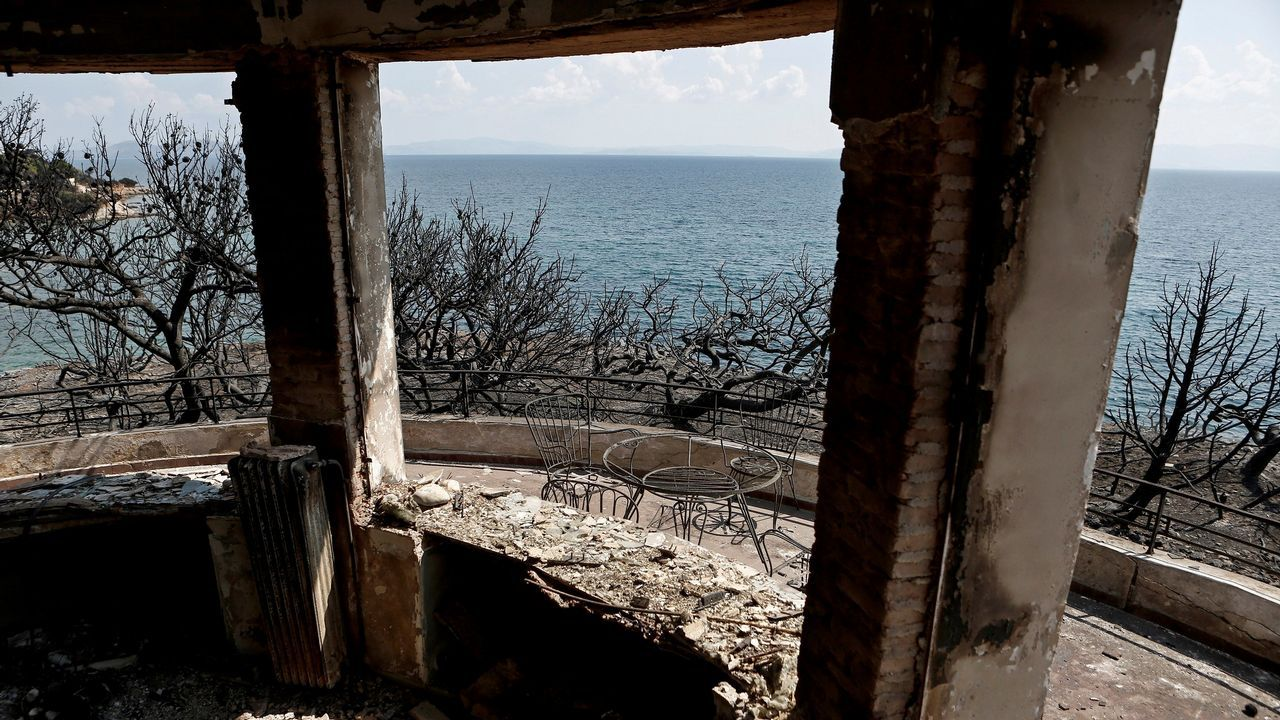 Las imágenes de la devastación enla costacercana a Atenas.Verde antes de los fuegos en Grecia, ceniza tras las llamas
