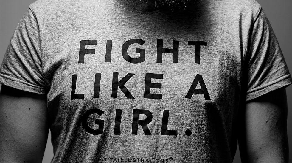 .UN HOMBRE CON LA CAMISETA FIGHT LIKE A GIRL