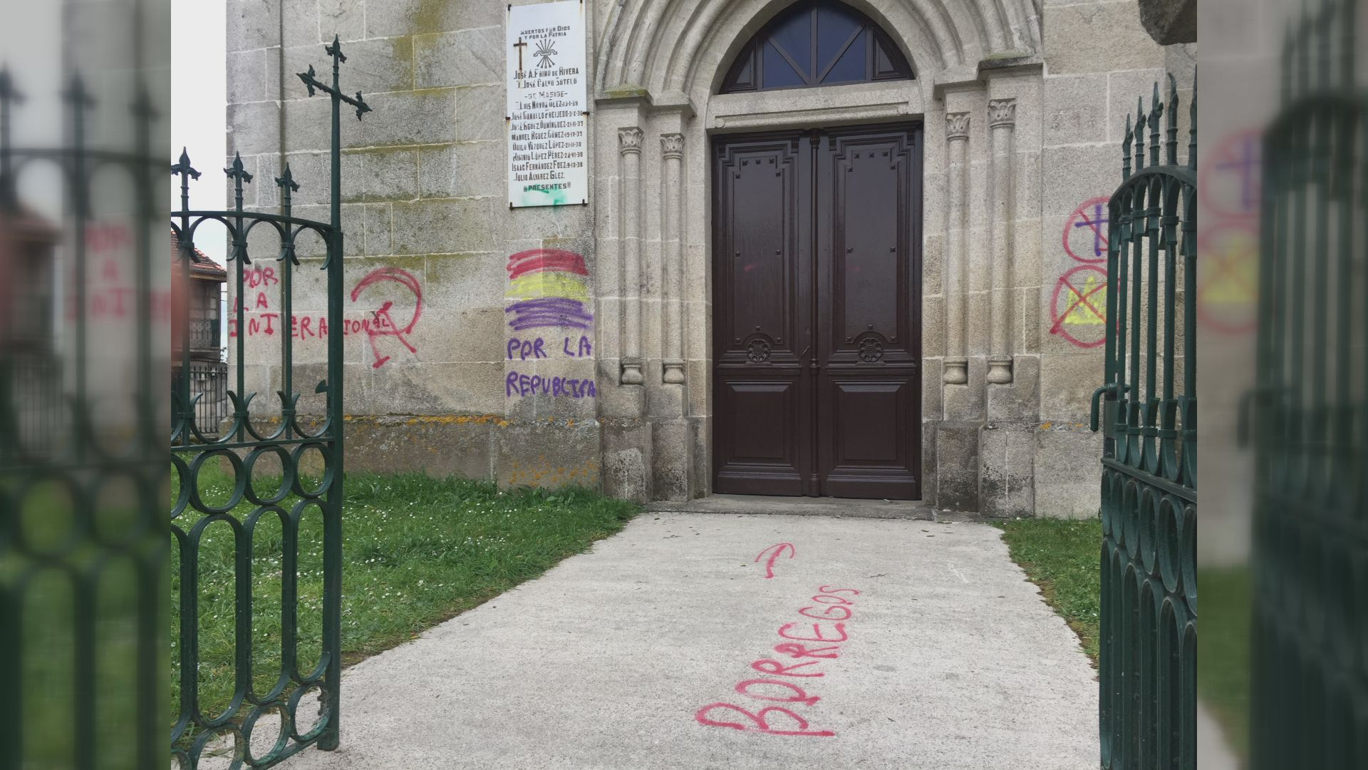Pintadas a favor de la República en la iglesia de Maside.EL OBISPO DE BARCELONA JUAN JOSÉ OMELLA